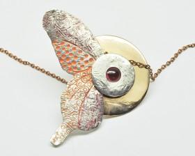 Naturalia  ciondolo lunifarfalla bronzo argento smalto e granata
